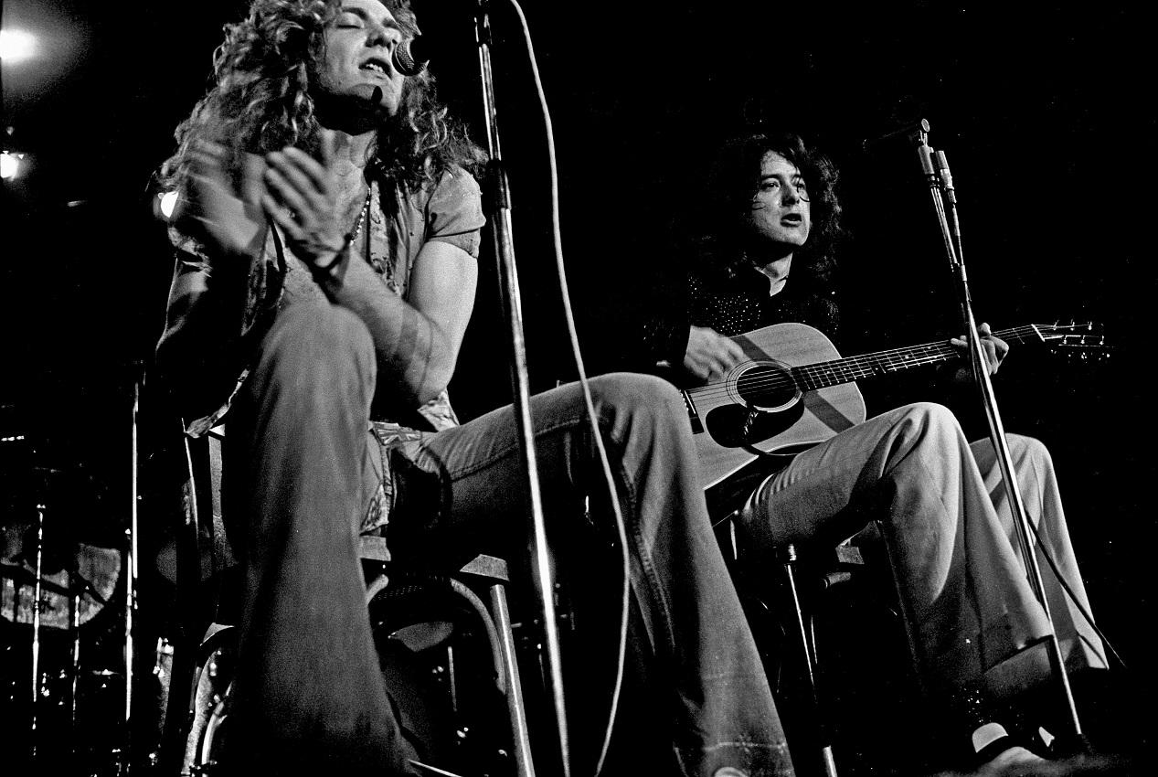 Le groupe de rock anglais Led Zeppelin en concert acoustique en 1973