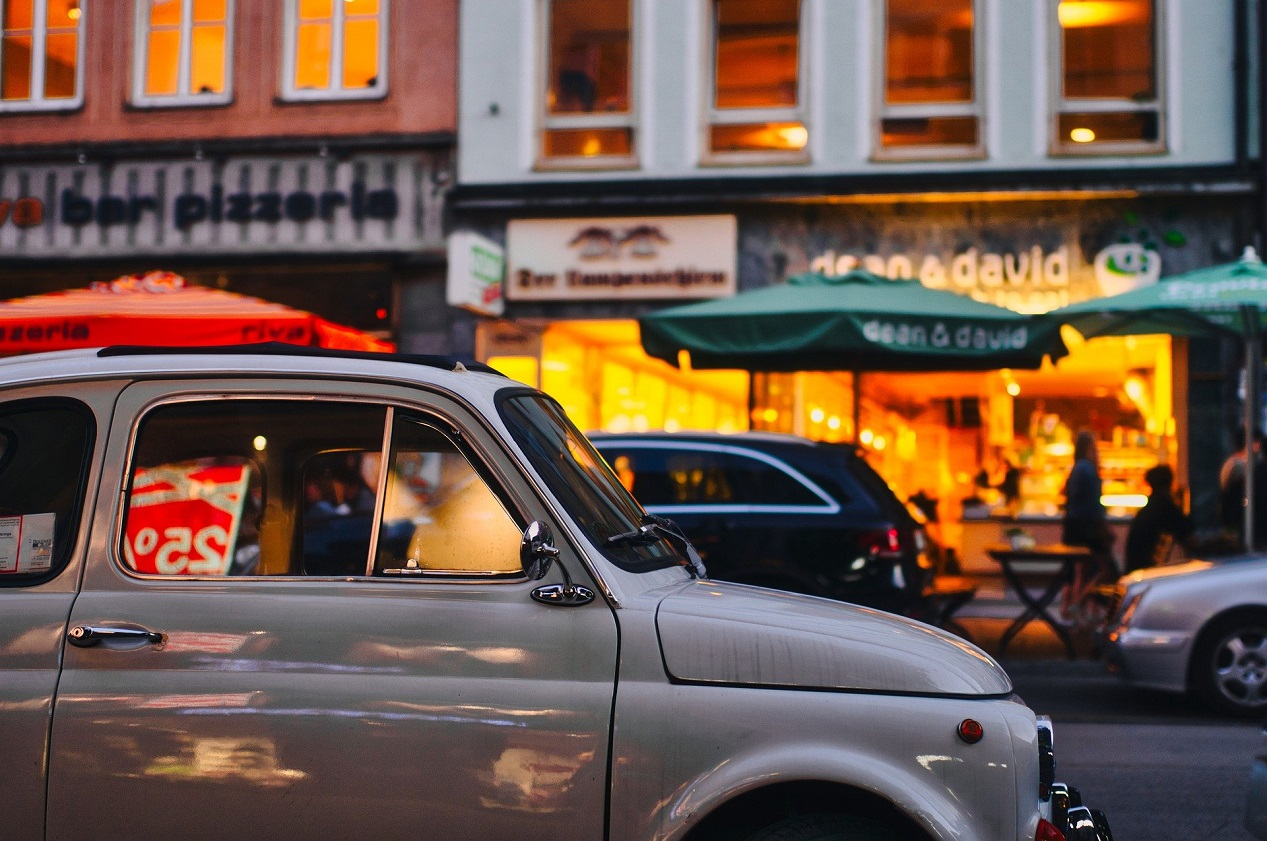 Une Fiat 500 roulant en centre-ville