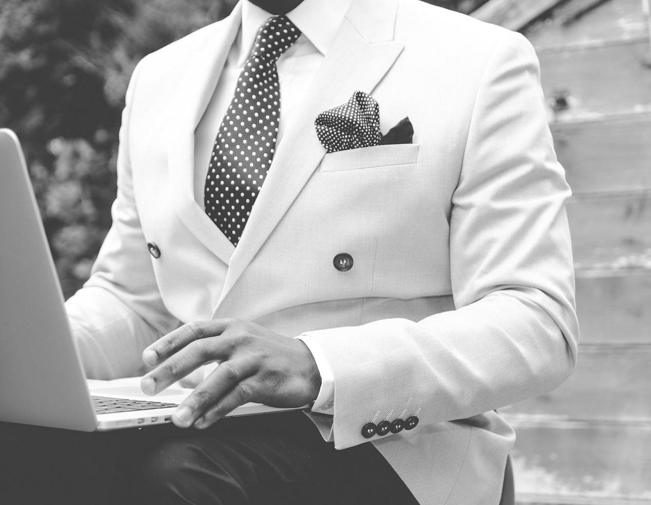 chemise blanche homme portée avec un costume