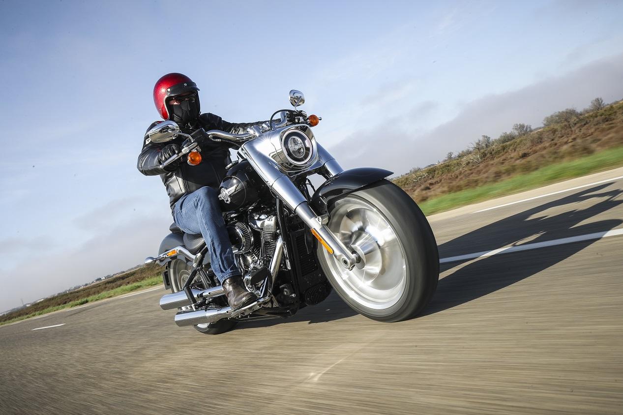 Harley-Davidson Fat Boy modèle 2021 sur la route