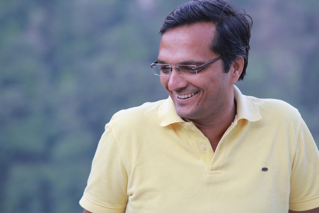 Homme de type indien qui porte un polo jaune