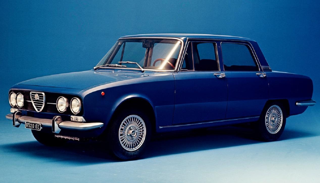 Alfa Romeo bleue de 1971 modèle Berlina 2000