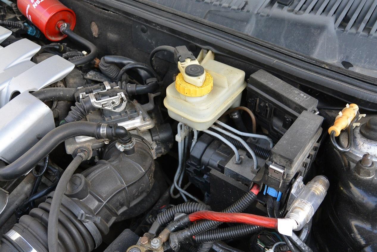 Moteur de voiture avec liquide de freins