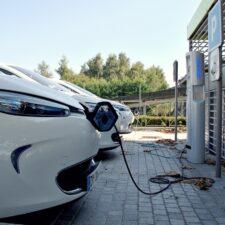 Les parkings avec chargeurs de voitures électriques se multiplient dans les gares parisiennes
